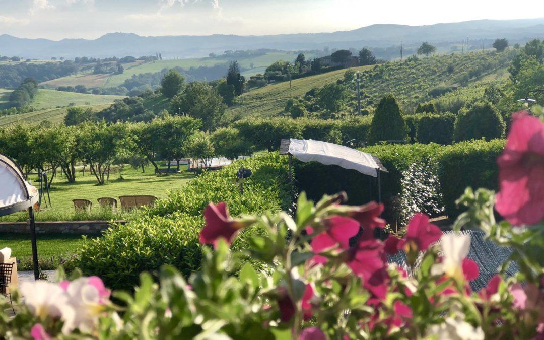 Ponti di primavera fra l'Umbria e la Toscana in agriturismo di charme e benessere
